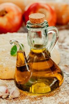 Bouteille d'huile dans une cuisine avec d'autres ingrédients