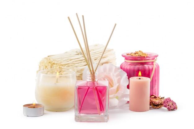 Bouteille d'huile essentielle aromatique ou spa ou huile de parfum naturel avec fleur sèche