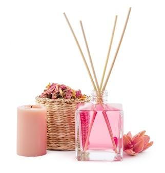 Bouteille d'huile essentielle aromatique ou de spa ou huile de parfum naturel à la fleur sèche