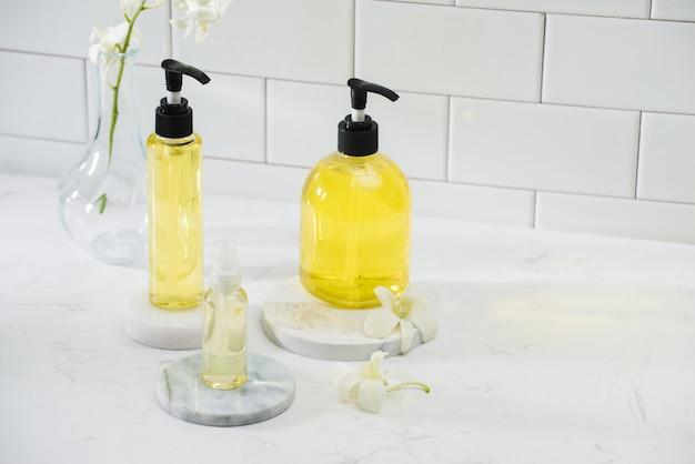 Bouteille d'huile essentielle d'arôme avec orchidée sur table, concept de spa.