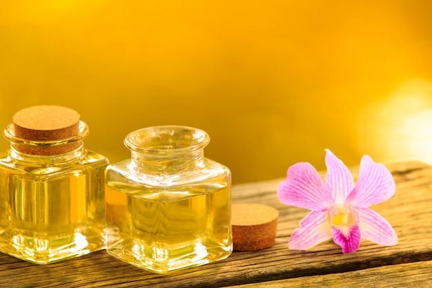 Bouteille d'huile essentielle d'arôme ou spa sur table en bois, image pour aroma spa médecine alternative thérapie et concept d'arôme de méditation.