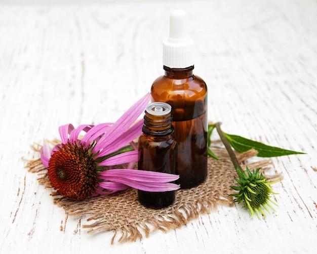 Bouteille d'huile essentielle avec échinacée mauve