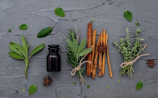 Bouteille d'huile essentielle avec des herbes fraîches