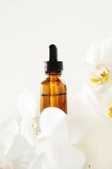 Bouteille d'huile essentielle d'orchidée blanche