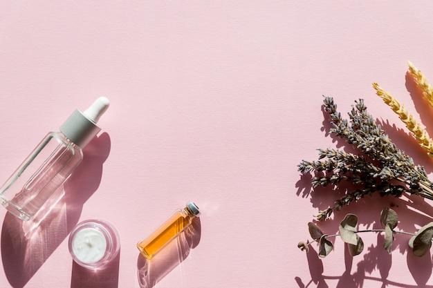 Bouteille d'huile essentielle avec sauge végétale fraîche, lavande.huile saine.le concept d'une alimentation végétarienne saine, détox.médecine alternative, phytothérapie, traitement à base de plantes.