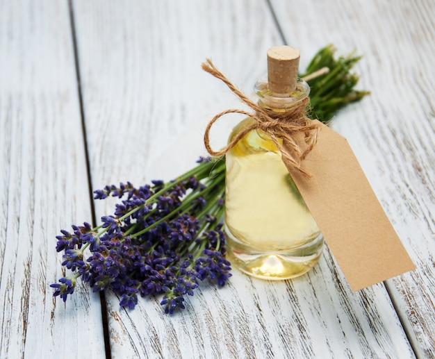 Bouteille d'huile, étiquette vide et fleurs de lavande
