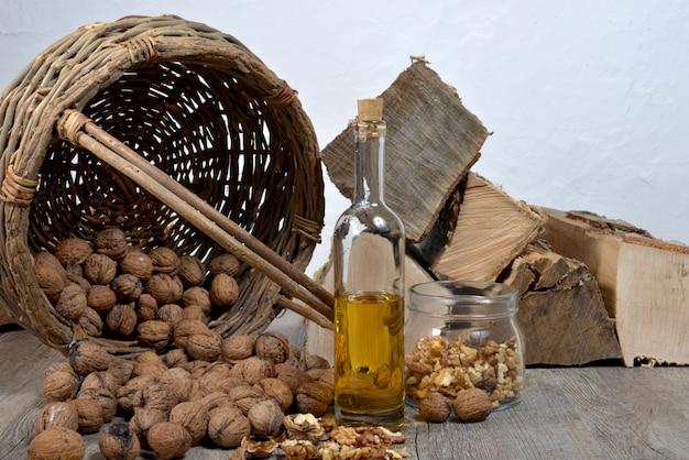 Bouteille d'huile avec des noix,