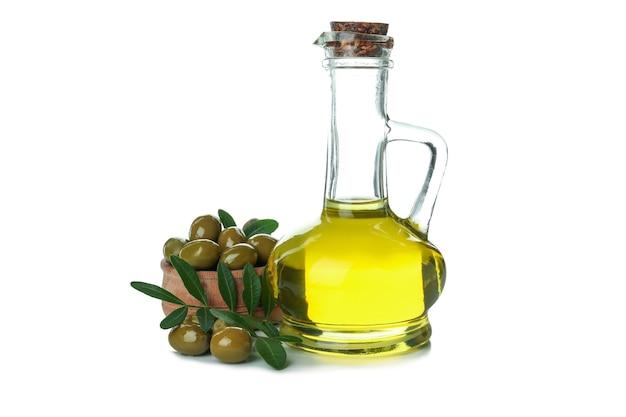 Bouteille d'huile d'olive et olives isolé sur fond blanc