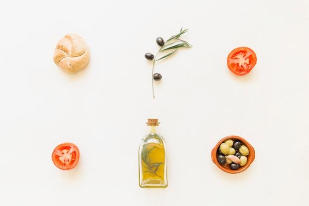 Bouteille d'huile pain olives et tomates