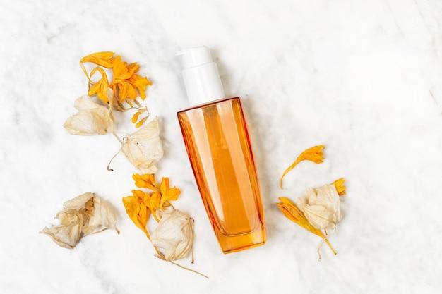 Une bouteille d'huile de peau sur une table en marbre en vue de dessus