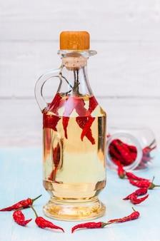 Bouteille d'huile de piment rouge et de piment isolé
