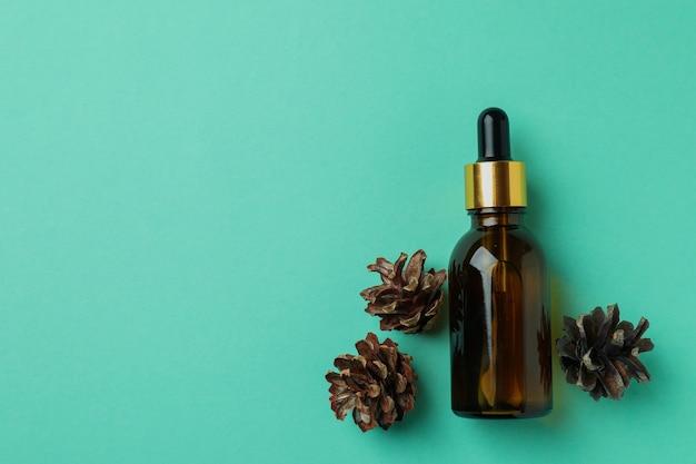 Bouteille d'huile de pin et pommes à la menthe