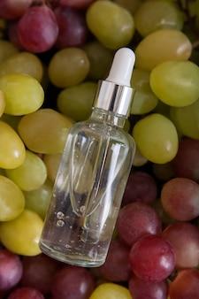 Bouteille d'huile de raisin pressée et espace de copie de raisins