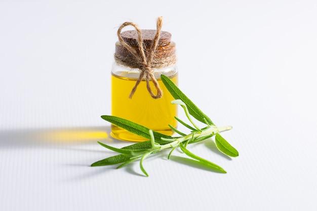 Bouteille d'huile de romarin bio fraîche sur la table