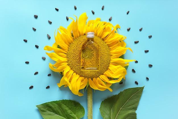 Bouteille d'huile de tournesol naturelle, de graines et de tournesol jaune frais. huile végétale bio au concept créatif