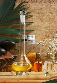 Bouteille d'huiles cosmétiques, spa nature morte