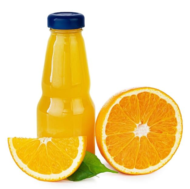 Bouteille de jus d'orange frais isolé sur blanc
