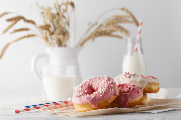 Bouteille de lait et beignets sur table