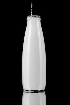 Bouteille de lait sur fond noir