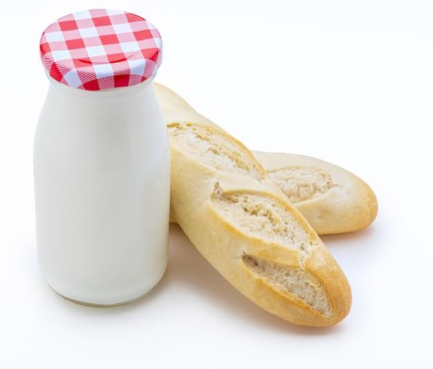 Bouteille de lait et miches de pain (baguettes), copy space