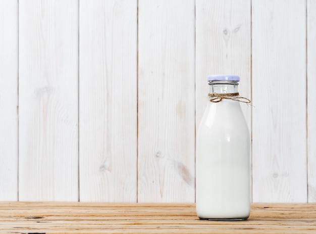 Bouteille de lait sur une table vintage en bois