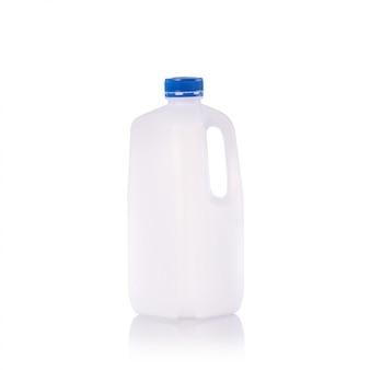 Bouteille de lait vide vide avec bouchon bleu.