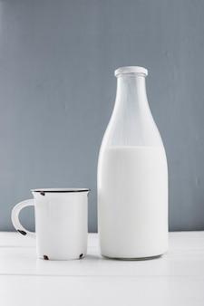 Bouteille de lait vue de face avec une tasse