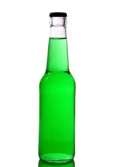 Bouteille avec liquide vert sur blanc