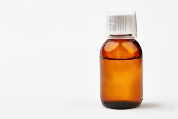 Bouteille avec médicament liquide. flacon marron transparent avec couvercle. arrêtez votre rhume aujourd'hui.