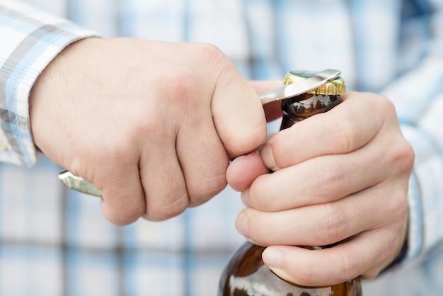 Bouteille d'ouverture de bière mâle méconnaissable