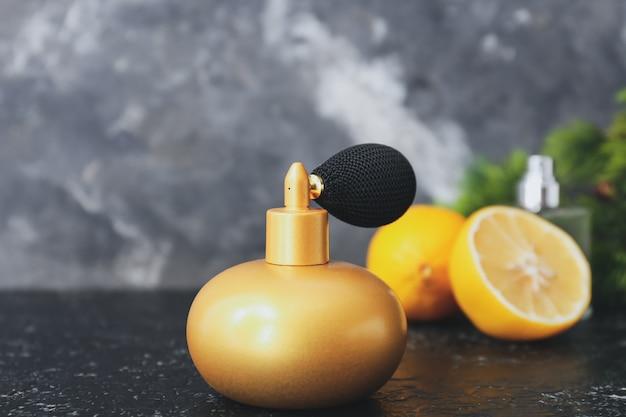 Bouteille de parfum d'agrumes sur fond sombre