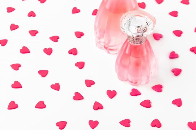 Bouteille de parfum aux coeurs rouges