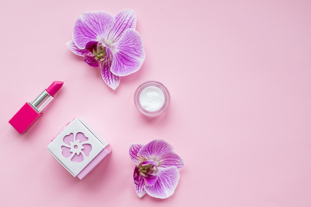 Bouteille de parfum féminin et une délicate fleur d'orchidée