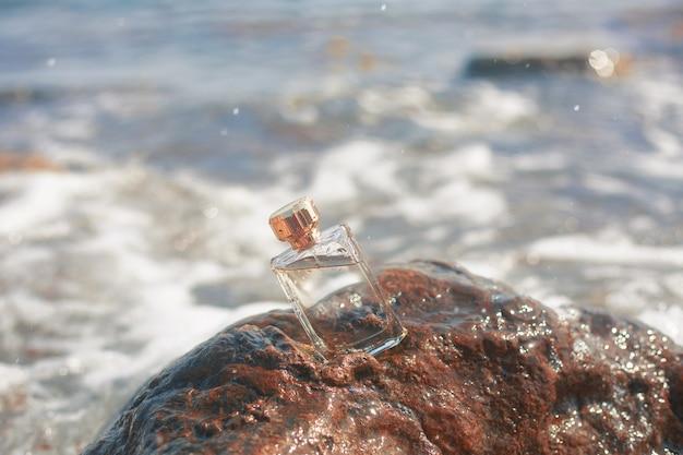 Bouteille de parfum féminin sur la mer