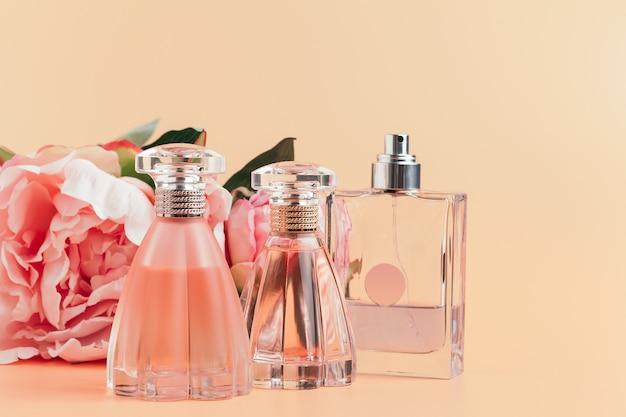 Bouteille de parfum avec des fleurs sur un tissu léger
