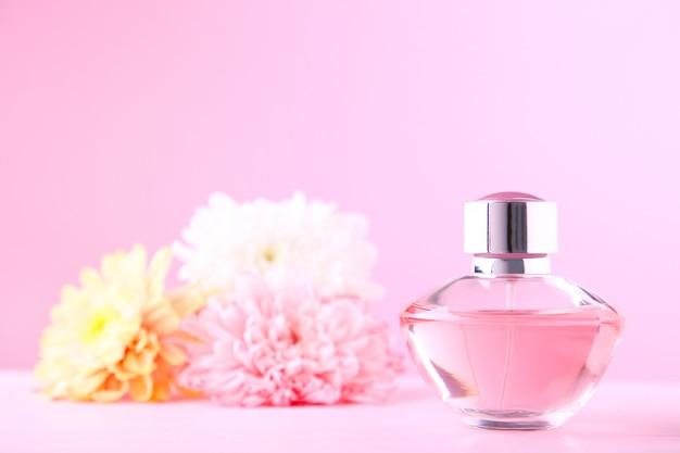 Bouteille de parfum avec des fleurs