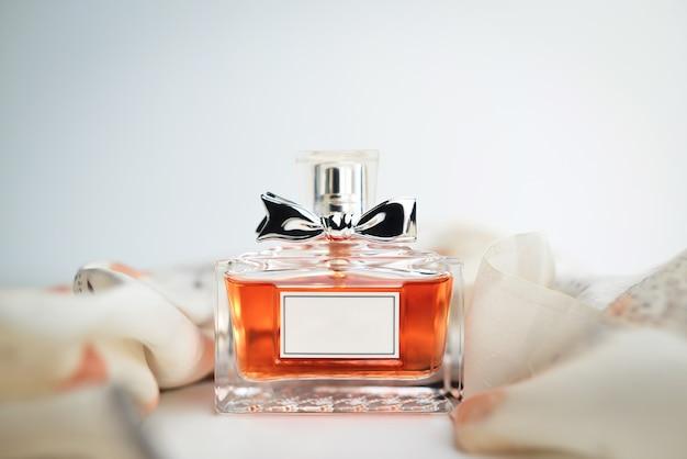 Bouteille de parfum sur fond blanc. parfumerie, spa et concept de marque
