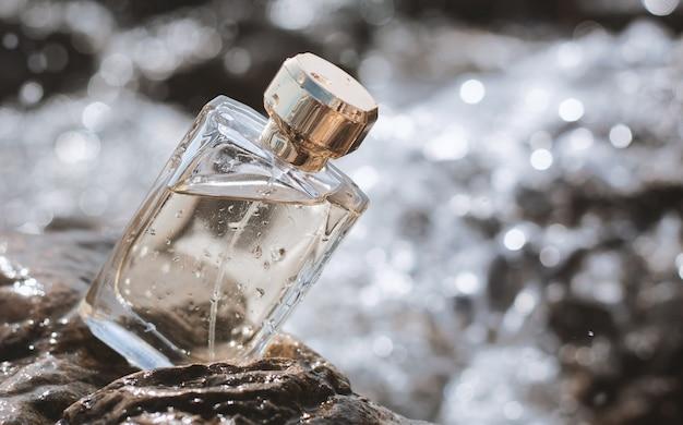 Bouteille de parfum sur fond d'eau