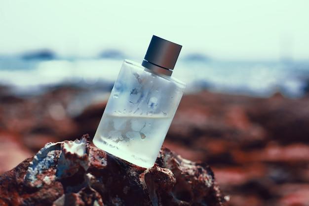 Bouteille de parfum sur fond de mer