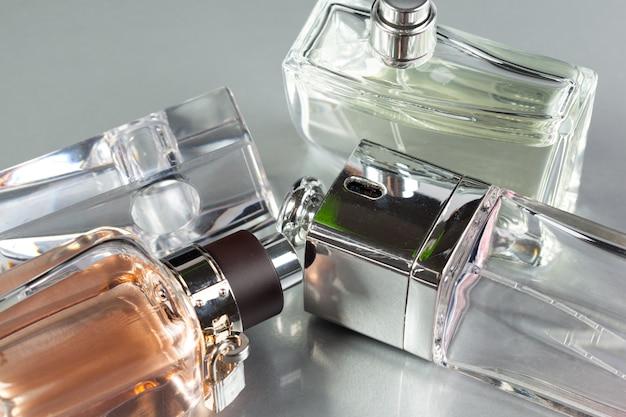 Bouteille de parfum sur un fond sombre