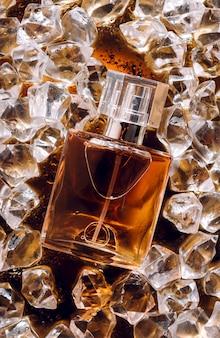 Bouteille de parfum sur glace parfum cosmétique mouvement de l'eau douce étincelle arôme cosmétique