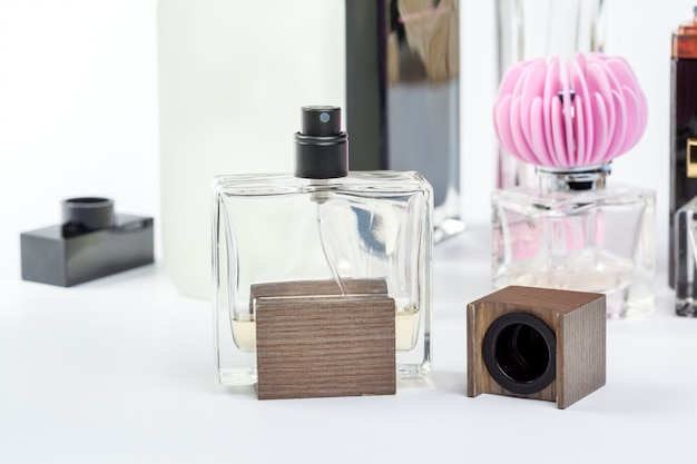Bouteille de parfum isolé sur blanc