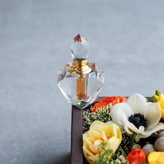 Bouteille de parfum de luxe avec des fleurs dans la boîte-cadeau. parfumerie, cosmétique, collection de parfums