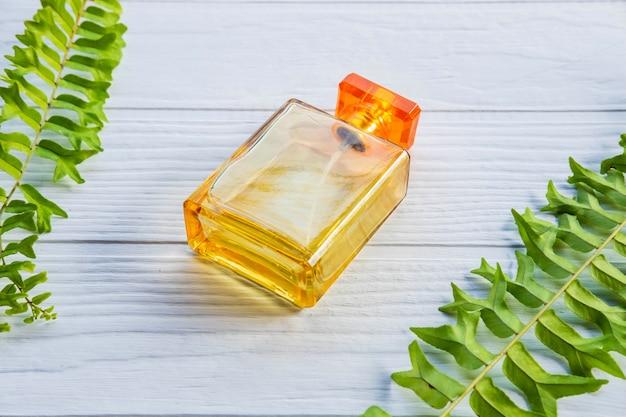 Une bouteille de parfum d'or sur un tableau blanc