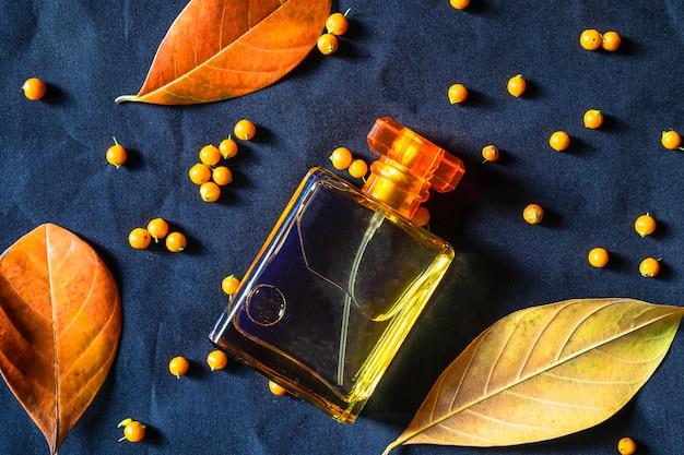 Bouteille de parfum et parfum doré sur fond noir