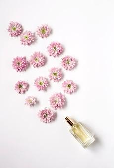 Bouteille de parfum sortant des fleurs