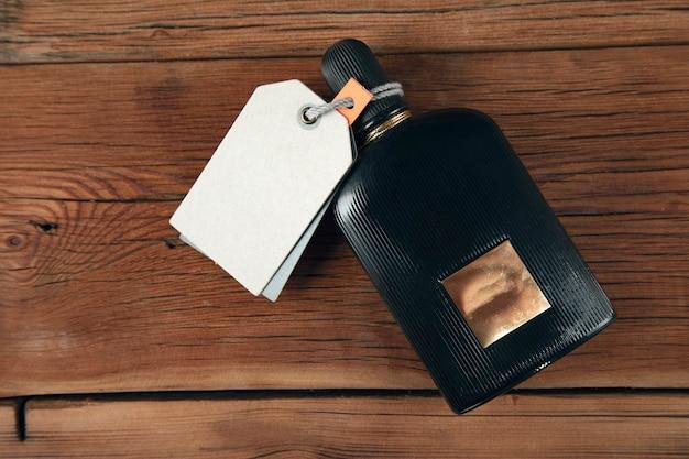 Bouteille de parfum sur la table en bois