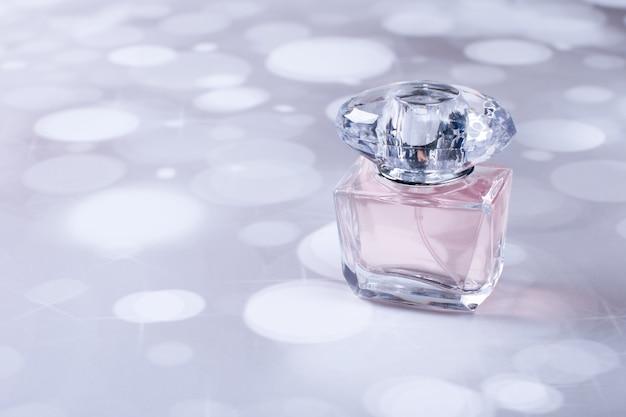 Une bouteille de parfum en verre sur un fond coloré. parfum parfumé pour femme
