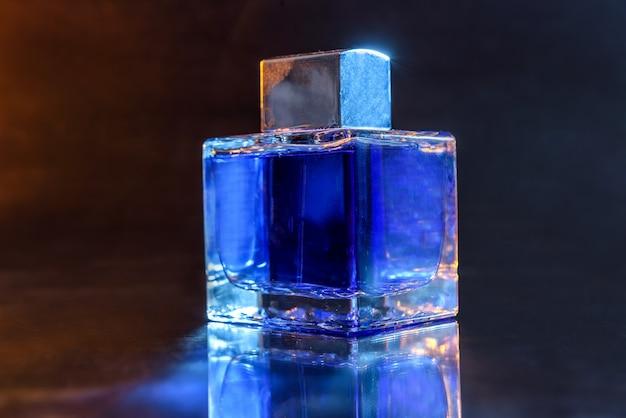 Bouteille de parfums sur fond sombre close up