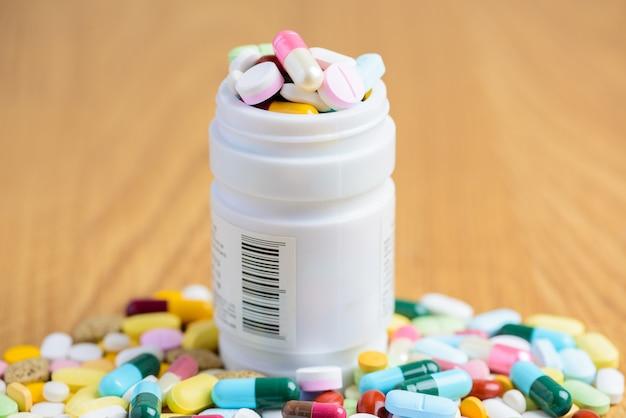 Bouteille pilule, renverser, pilules, sur, surface, bois